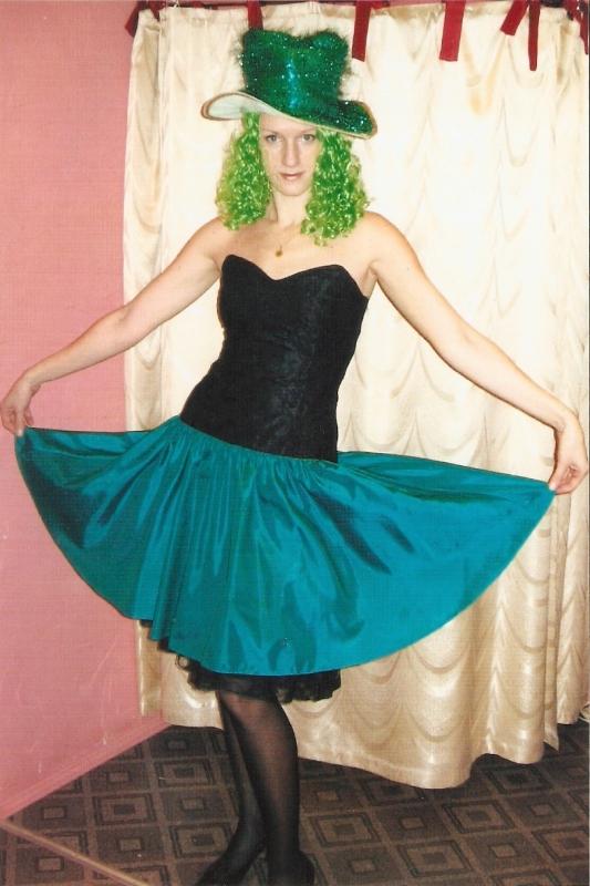 Платье - 400 руб. Шляпа с волосами - 80 руб.