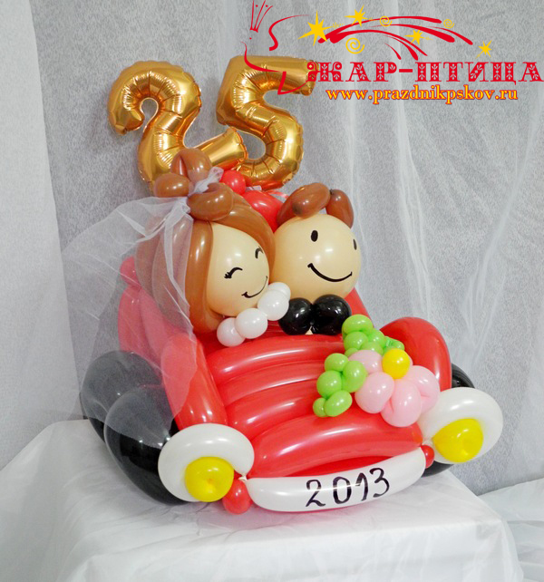 Молодожены в автомобиле (высота ок. 30 см) - 780 руб.