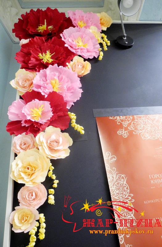 Оформление стенда бумажными цветами