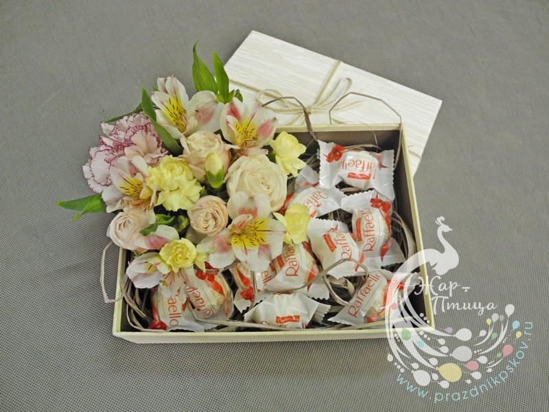 Коробка с конфетами и цветами - от 900 руб.